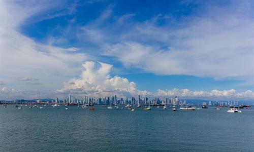 Vista del Horizonte de la Ciudad de Panamá desde un Catamarán