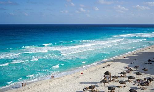 Personas disfrutando de la Playa de un Resort