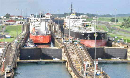 Los barcos pasando por el Canal de Panama en Centro de visitantes de Miraflores