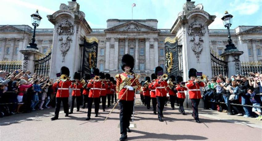 Changing of the guards in buckingham palace, Changing of the Guard Walking Tours