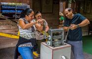 Molienda de cacao, Coffee, Chocolate and Sugar Cane Tour