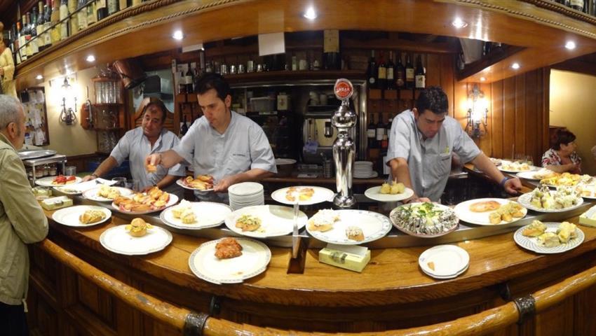 preparing the food - tiqy, Flamenco y Tour de Tapas de Noche