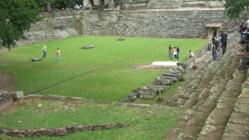 Following the Maya Path: Copan Ruins, Siguiendo el Camino Maya: Ruinas de Copán