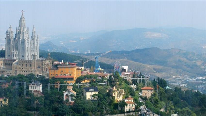 Discover Gaudi Barcelona tour view of the mountains, Arquitectura de Gaudi en Barcelona