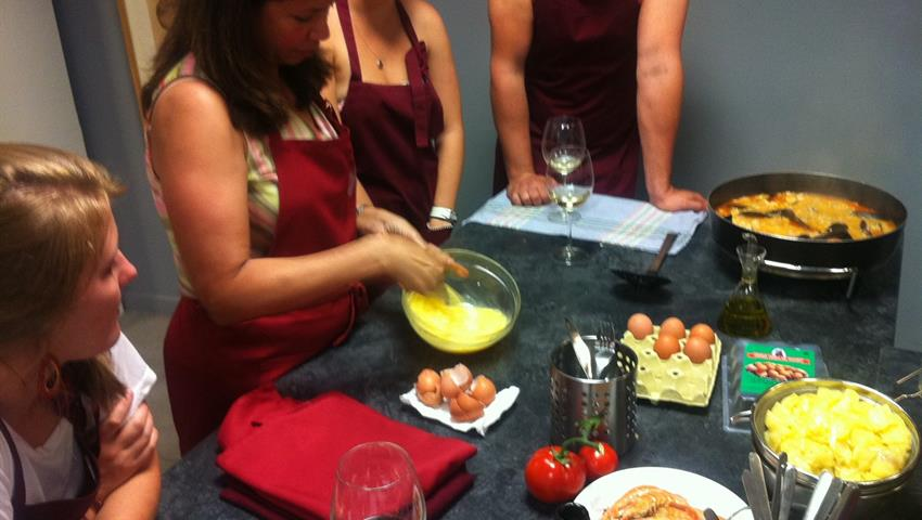 Learning how to cook paella - Tiqy, Spanish Cooking Class