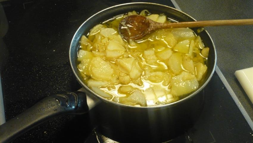 boiling potatoes in class - Tiqy, Spanish Cooking Class