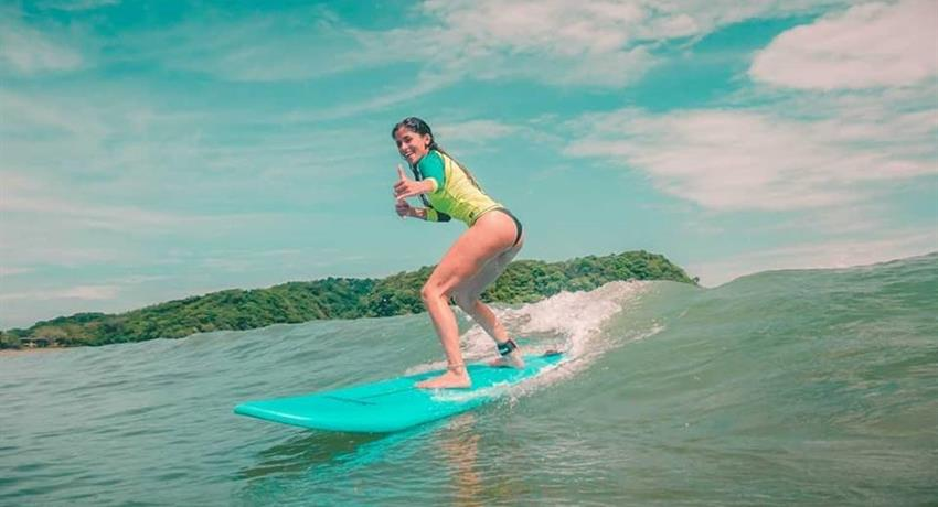 Lady surfing, Surf Classes in Playa Venao
