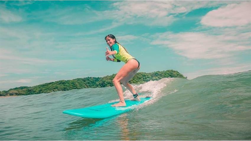 Lady surfing, Clases de surf en Playa Venao