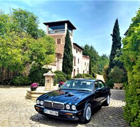 Private Tour in a Classic Jaguar Car with Wine Tasting & Tapas Lunch